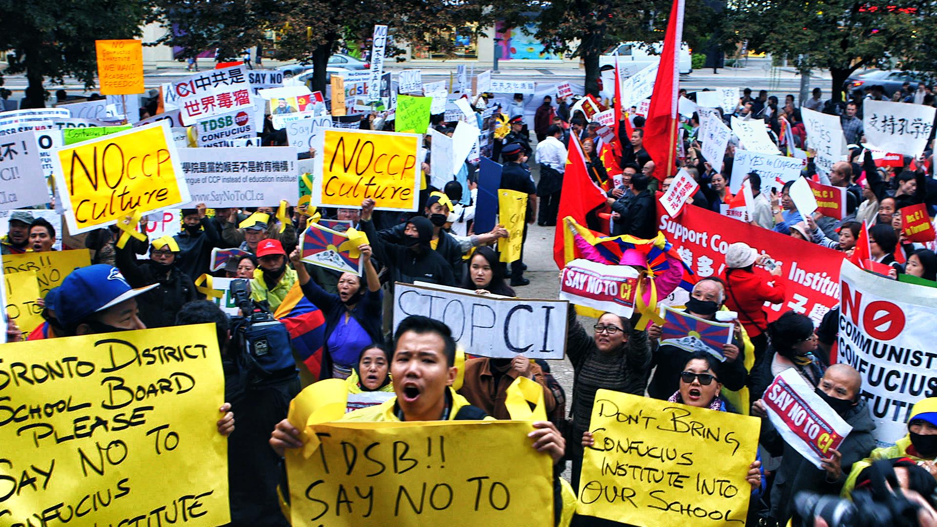 多倫多教育局門前反對及支持孔子學院的示威人群。